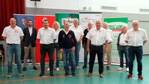 Da ist er: Der neugewählte Kreisfußballausschuss des Fußballkreises Gießen um Henry Mohr (mitte). Foto: Hillgärtner