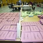 Im Niedernhausener Auszählungszentrum in der Autalhalle wartet noch sehr viel Arbeit auf die fleißigen Wahlhelfer. Foto: Mallmann/AMP
