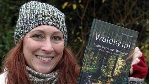 Autorin Bianca Bauer zeigt ihr Waldabenteuerbuch, das sie im Modautaler Dialekt verfasst hat.Foto: Karl-Heinz Bärtl  Foto: Karl-Heinz Bärtl