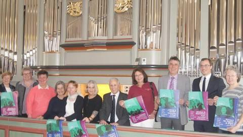 """Mit der diesjährigen """"Nidda in Concert""""-Reihe feiern die Organisatoren um Heidelore Ocken-Wilisch und Katrin Anja Krauße (6. und 7. von rechts) unter dem Motto """"Grazie und Gravität des Barock"""" auch die neue Orgel in der Stadtkirche. Foto: Potengowski"""