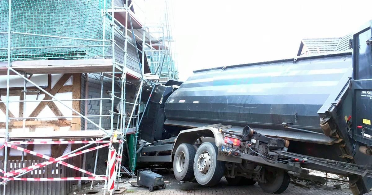 Lastwagen fährt in Kapelle: Straße in Dautphetal vollgesperrt - Mittelhessen