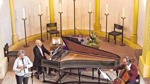 Bei der jüngsten Passionsandacht in der Michaelskirche spielten Andrea Bergner (links), Christoph Bergner und Anselm Friederich-Schwieger Werke von Bach. Foto: Dietmar Funck