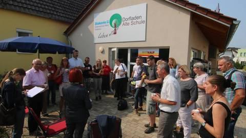 Bestes Beispiel für eine gelungene Ortsinnenentwicklung: Die neue Dorfmitte in Hainchen mit Dorfgemeinschaftshaus, Seniorenheim und Dorfladen. Foto: Lenz