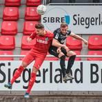 Im Luftduell: Steinbachs Sasa Strujic (l.) gegen Eintracht-Kapitän Kristian Gaudermann. Foto: Nick Fingerhut