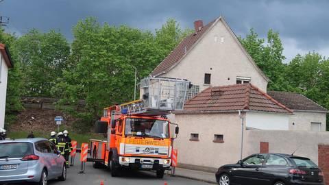 In Schieflage geraten ist der Kamin dieses Hauses in der Mörfelder Bert-Brecht-Straße. Die Feuerwehr musste eingreifen. Foto: Feuerwehr
