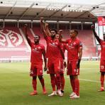 Mainz 05-Spieler heben ihre Fäuste gegen Rassismus.  Foto: Sascha Kopp
