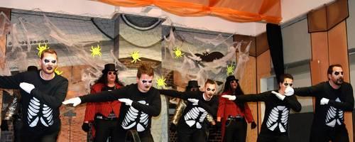 Das Männerballett zeigt einen rasanten Auftritt als furchterregende Geister.  Foto: Margit Bach