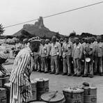 Essensappell im Konzentrationslager Flossenbürg, wohin Ernst Nonnenmacher 1941 geschickt wurde. Die Häftlinge mussten verschiedenfarbige Winkel tragen. Foto: Niederländisches Institut für Kriegsdokumentation