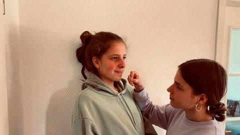 Bitte Kopf zurücklegen...  So oder so ähnlich sieht der gegenseitige Schnelltest der Schülerinnen und Schüler aus.   Foto: Hank
