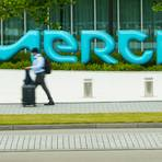Das Darmstädter Chemie- und Pharmaunternehmen Merck setzt auf zwei bekannte Mittel. Foto: Andreas Arnold/dpa