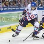 In der Deutschen Eishockey-Liga (DEL) wird Marcel Goc (links in einem Spiel gegen die Berliner Eisbären) nicht mehr auflaufen. Bei den Adlern Mannheim kümmert er sich künftig um die Entwicklung jüngerer Spieler. Foto: dpa