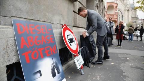 Schilder der Deutschen Umwelthilfe vor dem Verwaltungsgericht in Mainz. Foto: Sascha Kopp