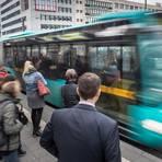 Auch in Zeiten der Corona-Pandemie sind Frankfurts Bushaltestellen zu Stoßzeiten  stark frequentiert. Ist auch der ankommende Bus zu voll, empfehlen Experten, einen Bus später zu nehmen. Foto: dpa