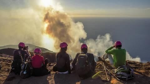 Touristen am Kraterrand  des Stratovulkans  Stromboli, Äolische Inseln. Foto: Fabian v. Poser