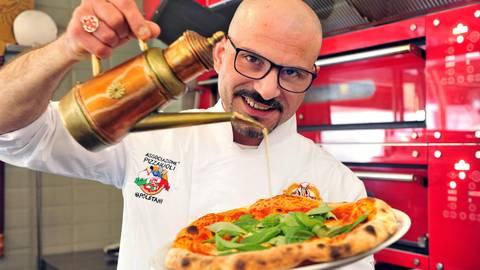 Ein Meister des Pizzabackens: Francesco Lalazzo. Foto: Thomas Schmidt