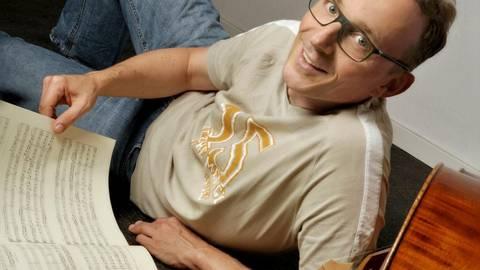Der Mainzer Stadtmusiker Felix Koch in seinem Musikzimmer in Lörzweiler, von wo aus er am 3. April um 19 Uhr mit Cembalist Markus Stein ein Internet-Hauskonzert spielen wird. Sein 24-teiliges Telemann-Online-Konzert stößt unterdessen weiter auf Resonanz bei Schulen. Foto: Katrin Hoffmann