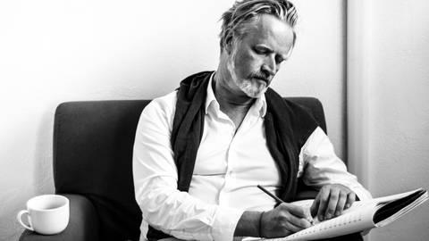 Der Ton macht die Musik: Komponist Richard van Schoor bei der Arbeit.  Foto: Bianchi