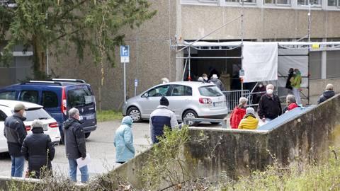 Vor dem Impfzentrum in Mainz-Gonsenheim bildeten sich in den vergangenen Tagen immer wieder lange Schlangen.  Foto: Sascha Kopp