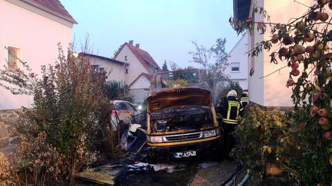 Am frühen Dienstagmorgen hat in Hermannstein ein Wohnmobil gebrannt.  Foto: Feuerwehr Wetzlar