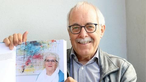 Georg Schäfer hat ein Werkverzeichnis mit über 200 Kunstwerken von seiner verstorbenen Frau erstellt. Foto: Ulrich von Mengden