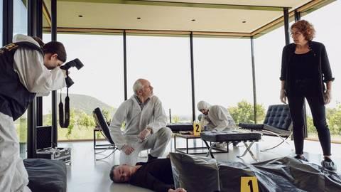 Schicker sterben:  Dr. Leytner liegt tot in seiner Designervilla mit Weinbergblick. Bibi Fellner (Adele Neuhauser) ermittelt. Foto: ORF