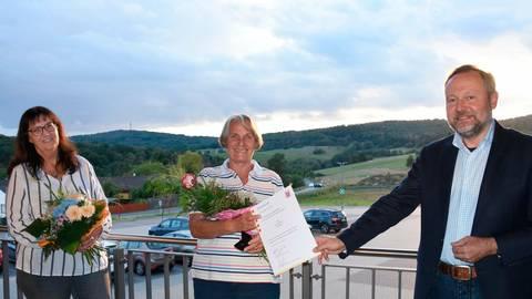 Rosita Kroh (Mitte) erhält den Landesehrenbrief von Bürgermeister Frank Schmidt. Als Vorsitzende des Landfrauenvereins Löhnberg gratuliert auch Claudia Wiesenmayer. Foto: Margit Bach