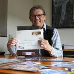 Hingucker: Gregor Krisztian und seine selbst gestalteten Briefmarken.  Foto: Guido Schiek