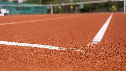 So langsam sind die Tennisplätze wieder hergerichtet und kann es losgehen mit der Freiluftsaison. Foto: dpa
