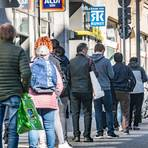 Eine lange Schlange vor einem Frankfurter Supermarkt - die Menschen wollen noch letzte Ostereinkäufe erledigen. Es darf aber immer nur eine bestimmte Anzahl an Kunden in das Geschäft.  Foto: dpa