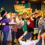 Buntes Finale: Alle zwei Jahre verwandeln die Guntersdorfer Landfrauen das Bürgerhaus in eine Narrhalla - und Akteure aller anderen Vereine im Ort machen ausgelassen mit. Foto: Kerstin Gabriel