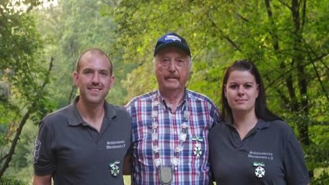 Der neue Schützenkönig Gerhard Kirchner (Mitte) mit erstem Ritter Sascha Stieler und zweiter Dame Sabrina Wollradt. Foto: Bäumler