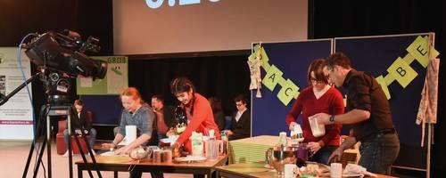 Wer backt den besseren Marmorkuchen? Die Lehrer Björn Steffen und Anne Wolfgang (rechts) gewinnen gegen Laureen und Marwa aus Klasse 5a. Foto: Heinz Margielsky