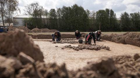 Bei den Ausgrabungen im geplanten Neubaugebiet wurden Siedlungsreste gefunden, so etwa eine spätsteinzeitliche Lager- und Feuerstelle. Foto: pakalski-press/Boris Korpak