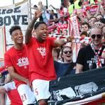 Die Mainz-05-Spieler Jean-Paul Boëtius (re.) und Karim Onisiwo feiern den 3:1-Sieg mit den Fans.   Foto: dpa