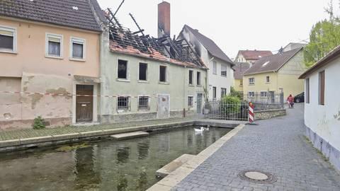 Blick auf eines der ältesten Häuser in Westhofen am Seebach, das vor Kurzem durch einen Brand schwer beschädigt wurde. Jetzt will es der Eigentümer wieder aufbauen.