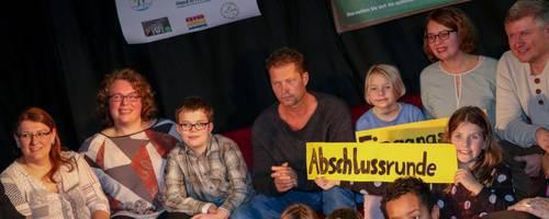 Til Schweiger lernt die Eltern und Kinder der Familienklasse Niederbiel kennen. Der Schauspieler ist angetan von dem sozialen Projekt.  Foto: Anna-Lena Fischer