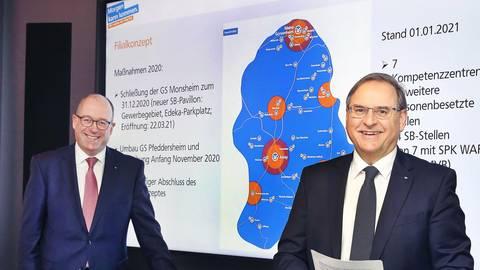 Vorstandsmitglied Tobias Schmitz (li.) und Vorstandssprecher Günter Brück bei der Bilanz-Pressekonferenz. Foto: Volksbank/Rudolf Uhrig
