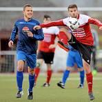 Ball und Gegner im Blick: Andreas Heiduk (l.) von der SG Reiskirchen/Niederwetz beobachtet den Dorlarer Marcel Kraft.  Foto: Weis