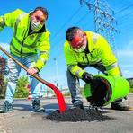 Markus Hummers (rechts) und Florian Fischer vom Mainzer Straßenbetrieb bessern ein Schlagloch aus. Foto: Harald Kaster