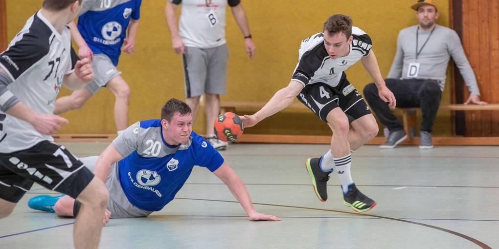 Die Erbacher (am Boden Moritz Lulay gegen Lampertheims Justus Fröhlich) wollen ihr Punktekonto noch aufstocken. Foto: Gutschalk