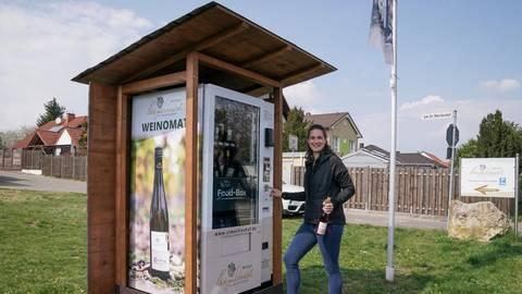 Auf Knopfdruck Riesling und Co.: Mirjam Schnabel zeigt den Weinautomaten. Foto: pp/Boris Korpak