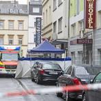 Zwei Menschen starben in der Wiesbadener Wellritzstraße - der Tatort wurde abgeriegelt. Foto: René Vigneron