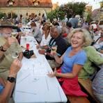 Ein kühler Tropfen im Glas und nette Gesellschaft – das ist beim Weinhöfefest in Harxheim immer der Fall.Archivfoto: hbz/Kristina Schäfer  Foto: