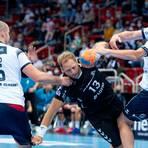 Das erste von rund 80 möglichen Saison-Pflichtspielen: Kiels Steffen Weinhold (M.) gewinnt gegen Flensburgs Simon Hald (l.) und Lasse Möller den Supercup. Foto: dpa