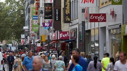 Durch Konsum wollen sich die Menschen selbst beruhigen, sagt Wirtschaftspsychologe Ingo Hamm. Fotos: dpa, Hamm
