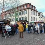 Zuletzt fand der Bickenbacher Advent auf dem Jagdschlossplatz im Jahr 2019 statt. Die Stände der Partnerstädte waren damals gut besucht. Archivfoto: Dirk Zengel