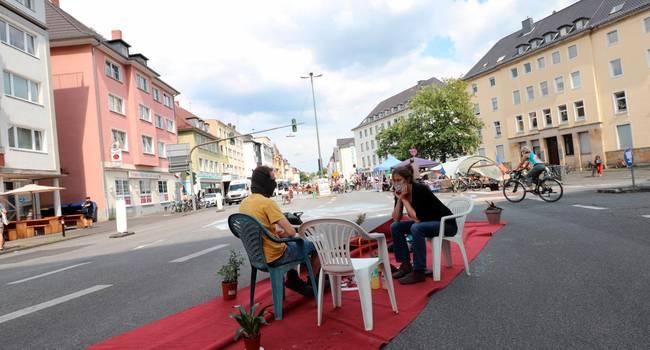"""Wo kein Auto fuhr, wurde die Straße zum """"Wohnzimmer"""". Foto: Schäfer"""