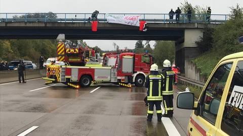 Aktivisten haben sich von der A5 abgeseilt und blockieren so die Autobahn. Foto: Berghöfer
