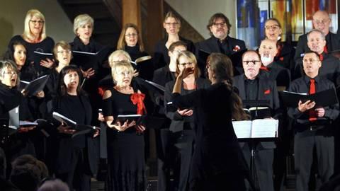 """Unter der Leitung von Elisabeth Brändle versetzte der Chor """"Swinging Voices"""" das Publikum in Weihnachtsstimmung. Foto: hbz/Michael Bahr"""