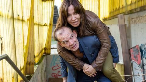 Andreas Keppler (Martin Wuttke) nimmt Eva Saalfeld (Simone Thomalla) Huckepack.  Foto: MDR/Saxonia Media/Junghans/dpa